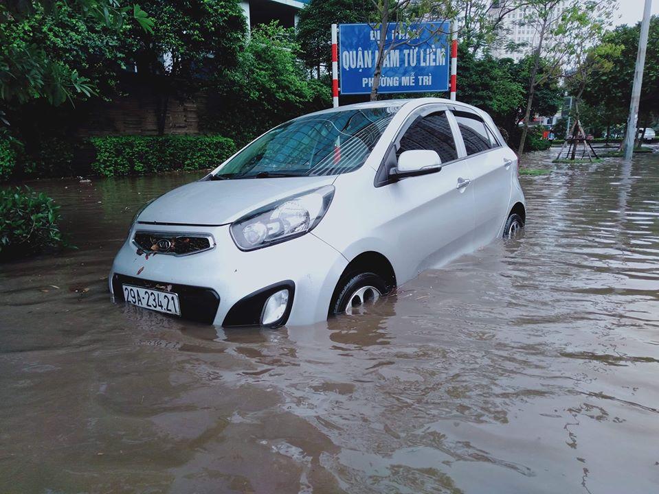 Mưa dữ dội 30 phút, đường phố Hà Nội đã ngập nửa bánh xe - 7