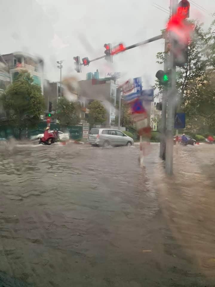 Mưa dữ dội 30 phút, đường phố Hà Nội đã ngập nửa bánh xe - 4