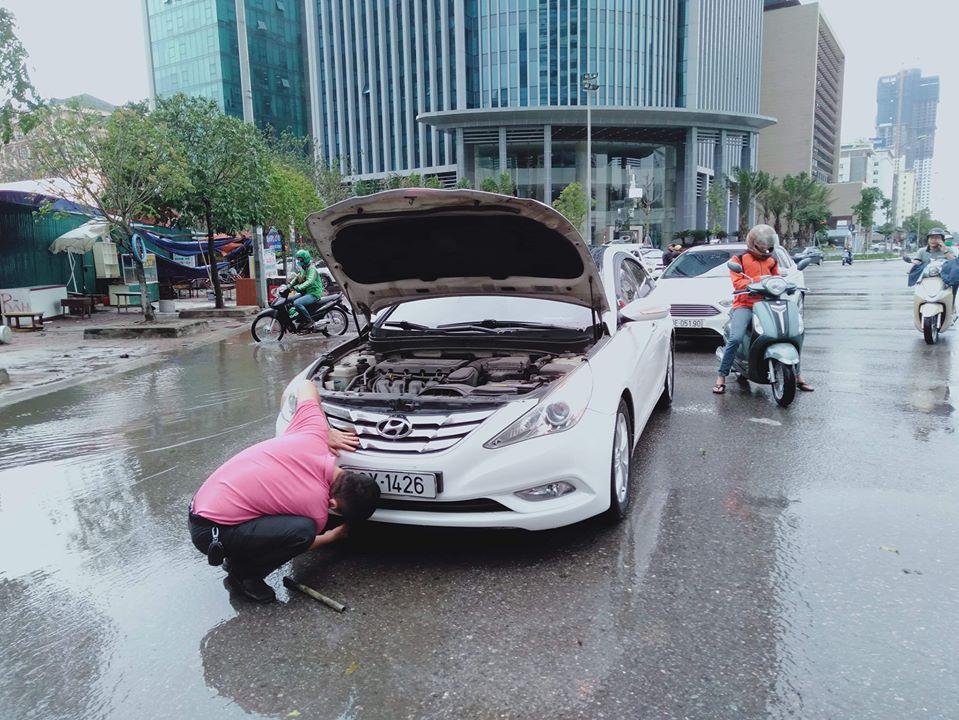Mưa dữ dội 30 phút, đường phố Hà Nội đã ngập nửa bánh xe - 6