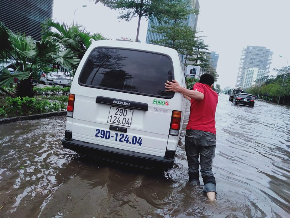 Mưa dữ dội 30 phút, đường phố Hà Nội đã ngập nửa bánh xe - 8