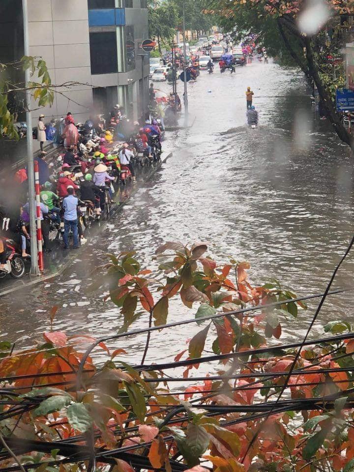 Mưa dữ dội 30 phút, đường phố Hà Nội đã ngập nửa bánh xe - 2
