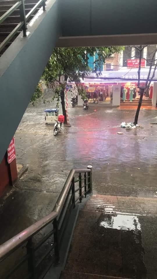 Mưa dữ dội 30 phút, đường phố Hà Nội đã ngập nửa bánh xe - 5