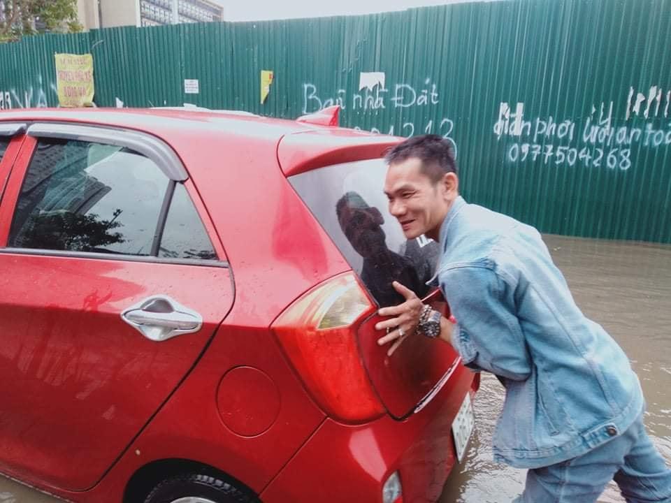 Mưa dữ dội 30 phút, đường phố Hà Nội đã ngập nửa bánh xe - 9