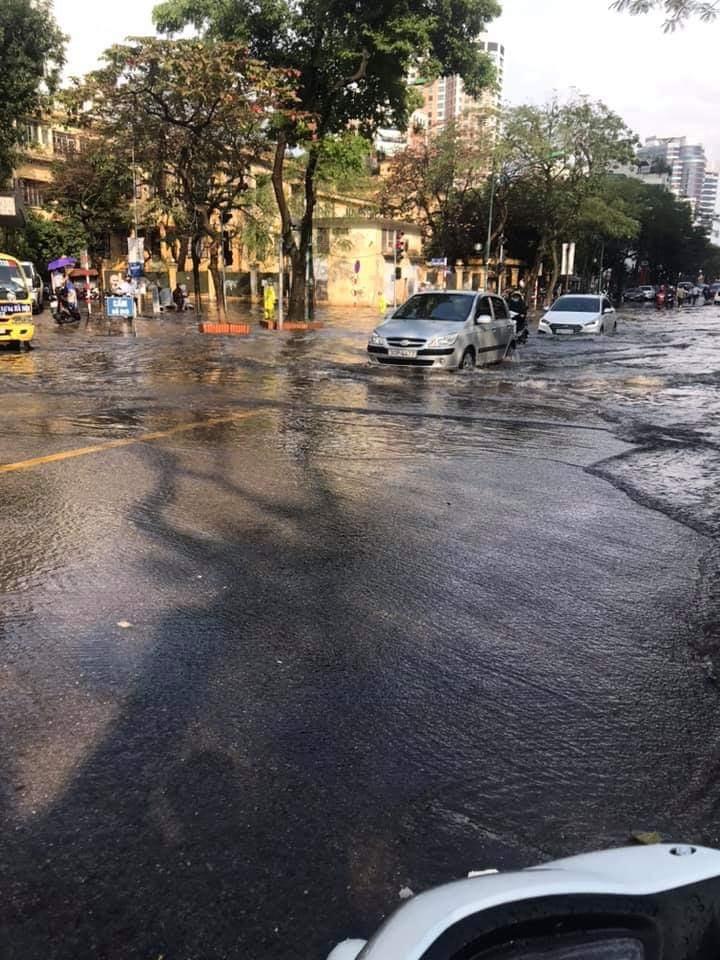Mưa dữ dội 30 phút, đường phố Hà Nội đã ngập nửa bánh xe - 3