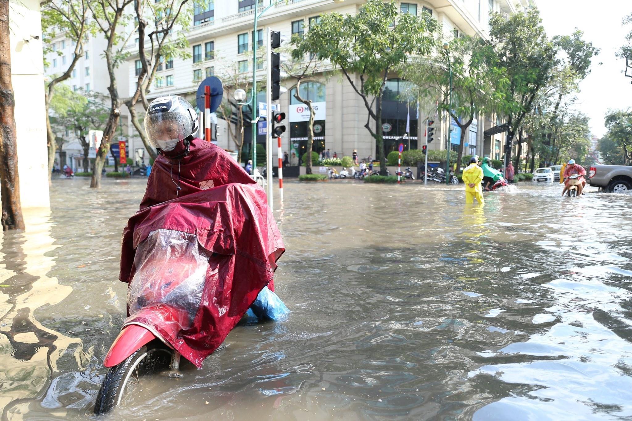 Mưa dữ dội 30 phút, đường phố Hà Nội đã ngập nửa bánh xe - 11