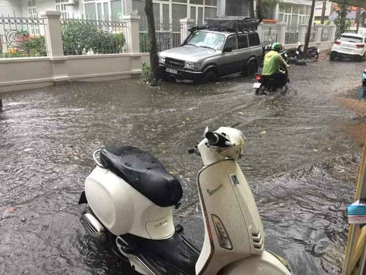 Mưa dữ dội 30 phút, đường phố Hà Nội đã ngập nửa bánh xe - 10