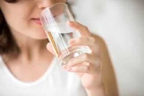 Uống nước sáng và tối tốt cho cơ thể nhưng theo cách này dễ mắc bệnh nguy hiểm - 1