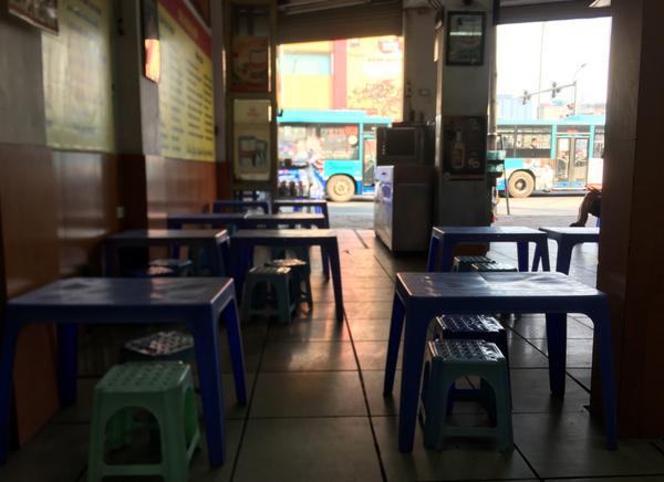 Nhà hàng, quán bia thêm lay lắt khi Hà Nội công bố ca nhiễm Covid-19 - 1