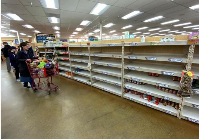 Người Mỹ khốn khổ vì không mua được sữa, thuốc tẩy khi đổ xô đến siêu thị