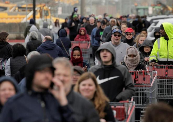 Người Mỹ khốn khổ vì không mua được sữa, thuốc tẩy khi đổ xô đến siêu thị - 3