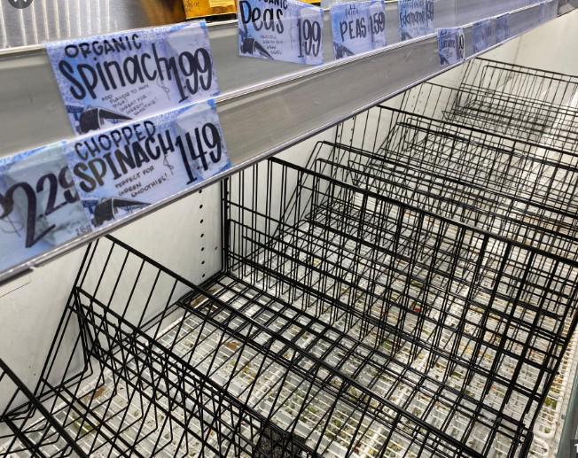 Người Mỹ khốn khổ vì không mua được sữa, thuốc tẩy khi đổ xô đến siêu thị - 2
