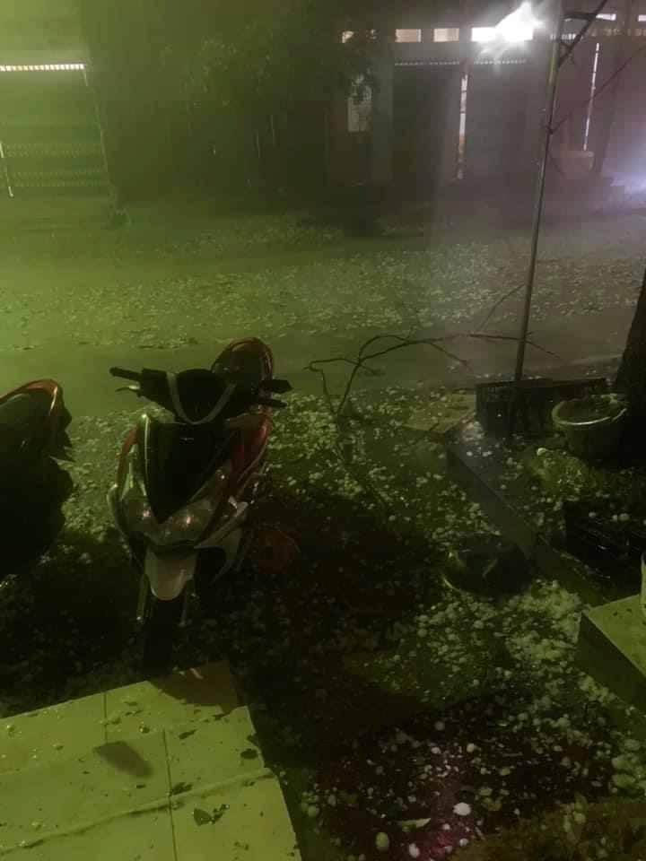 Cuồng phong, mưa đá ào ào trút xuống trong đêm tại miền Bắc - 3