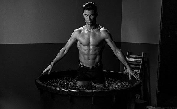 """""""Cuồng"""" gym như CR7: Tự làm khó mình dưới nước để đúc body thành """"kiệt tác"""" - 6"""