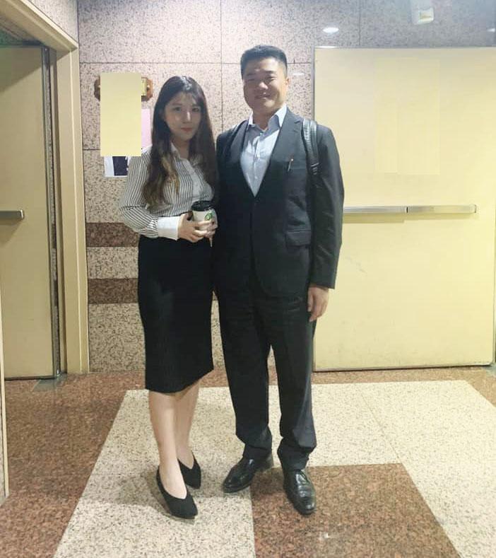 Lỗi thời trang công sở: Thư ký Đài Loan mặc áo cổ V gây xao nhãng công việc - 2