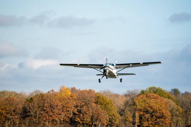 """Chán ở nhà vì Covid-19, người đàn ông đem máy bay ra lái vòng vòng """"hít thở không khí trong lành"""" - 1"""