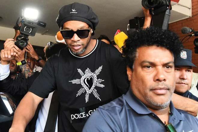 """Ronaldinho bị cả Covid-19 và """"đồng bọn"""" hại, bao giờ mới được ra tù? - 1"""