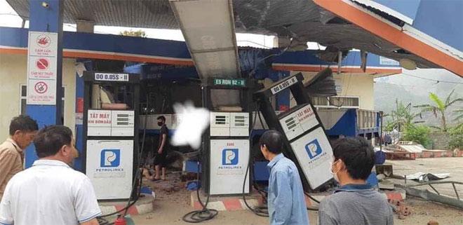Lai Châu: Ôtô tảimất láihúc đổ cây xăng, 6 người thương vong - 1