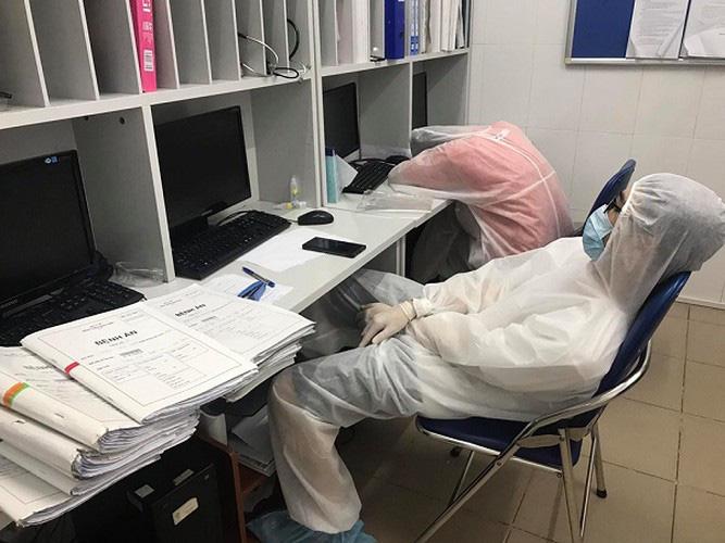 Xót xa hình ảnh y bác sĩ Bệnh viện Bạch Mai ngủ gục trên bàn - 1