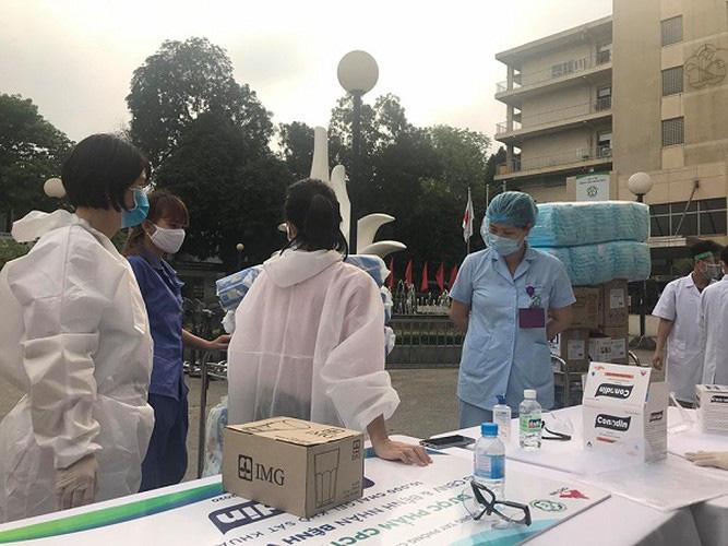 Xót xa hình ảnh y bác sĩ Bệnh viện Bạch Mai ngủ gục trên bàn - 4