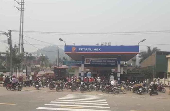 Người dân đổ xô đi mua xăng tích trữ khi giá giảm sâu - 1
