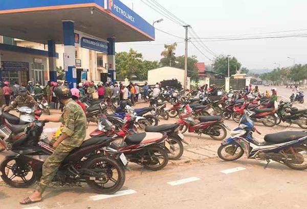 Người dân đổ xô đi mua xăng tích trữ khi giá giảm sâu - 3