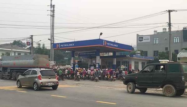 Người dân đổ xô đi mua xăng tích trữ khi giá giảm sâu - 2