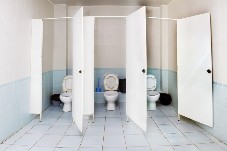 Sử dụng nhà vệ sinh công cộng trong mùa dịch Covid-19 phải chú ý 8 điểm này