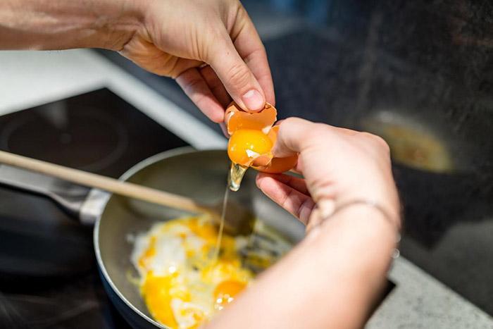 Ăn 2 quả trứng mỗi ngày có làm tăng cholesterol không? Bác sĩ chỉ ra một sự thật bất ngờ - 1