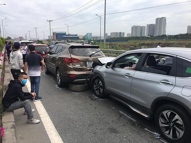 4 ô tô đâm nhau trên cao tốc trong ngày đầu năm mới - hình ảnh 1