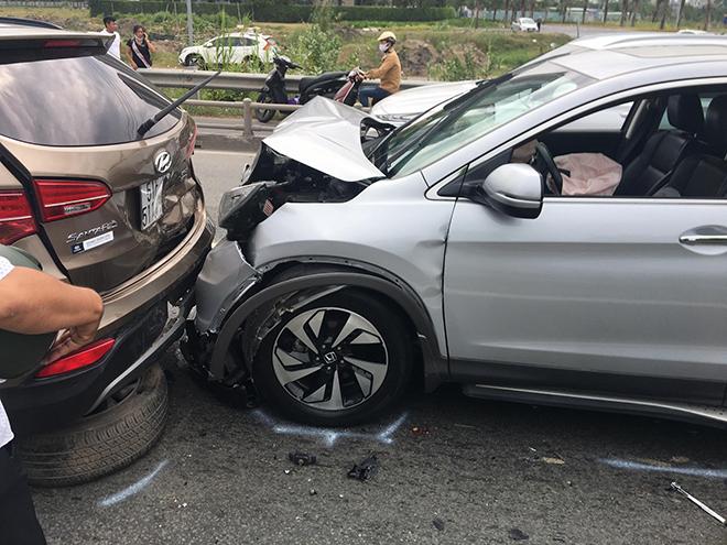 4 ô tô đâm nhau trên cao tốc trong ngày đầu năm mới - hình ảnh 2