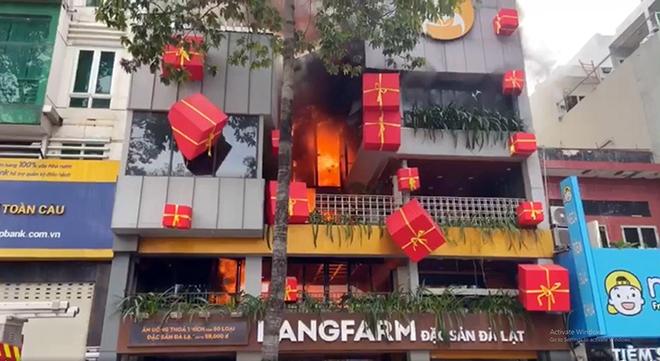 """""""Biển lửa"""" bao trùm nhà hàng buffet ở Sài Gòn, nhiều người tháo chạy - hình ảnh 1"""