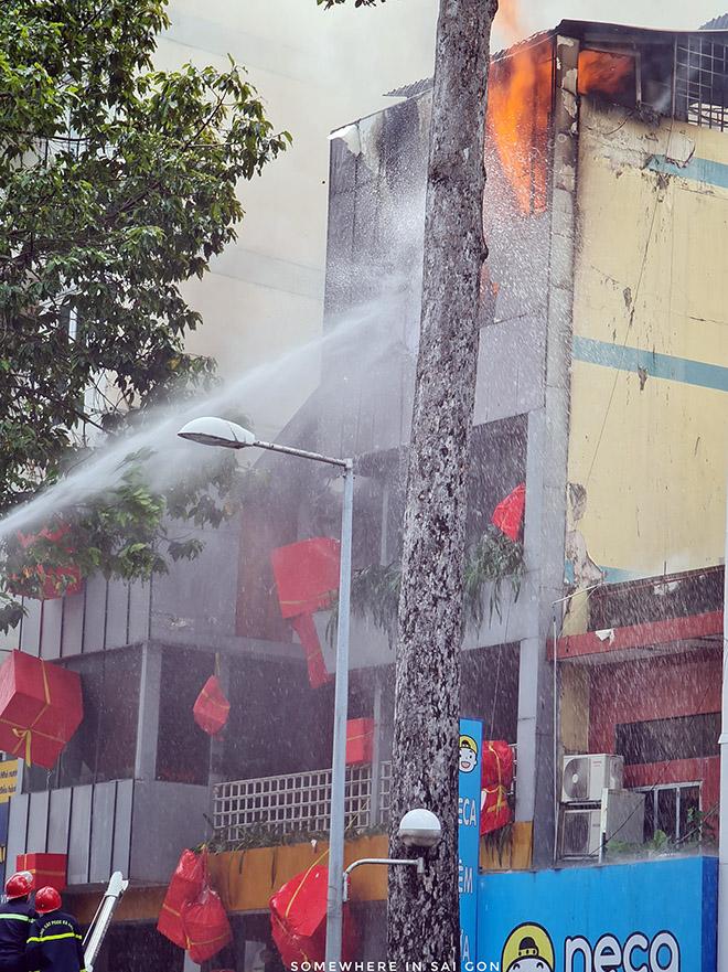 """""""Biển lửa"""" bao trùm nhà hàng buffet ở Sài Gòn, nhiều người tháo chạy - hình ảnh 2"""