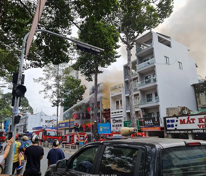 """""""Biển lửa"""" bao trùm nhà hàng buffet ở Sài Gòn, nhiều người tháo chạy - hình ảnh 3"""