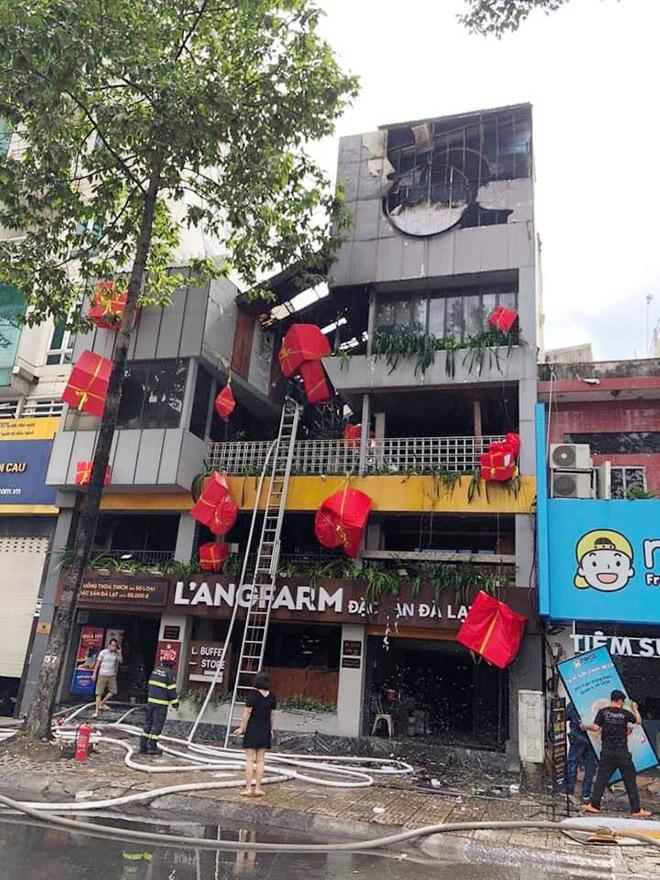 """""""Biển lửa"""" bao trùm nhà hàng buffet ở Sài Gòn, nhiều người tháo chạy - hình ảnh 6"""