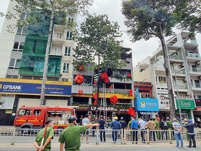 """""""Biển lửa"""" bao trùm nhà hàng buffet ở Sài Gòn, nhiều người tháo chạy - hình ảnh 5"""
