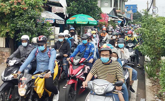 """Người dân đổ xô đi nghỉ Tết Dương lịch 2021 và cảnh """"rồng rắn"""" từ sáng đến trưa ở cửa ngõ Sài Gòn - hình ảnh 2"""