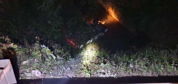 Ô tô mất lái lao xuống cống, 2 người tử vong, 4 người phải cấp cứu - hình ảnh 1