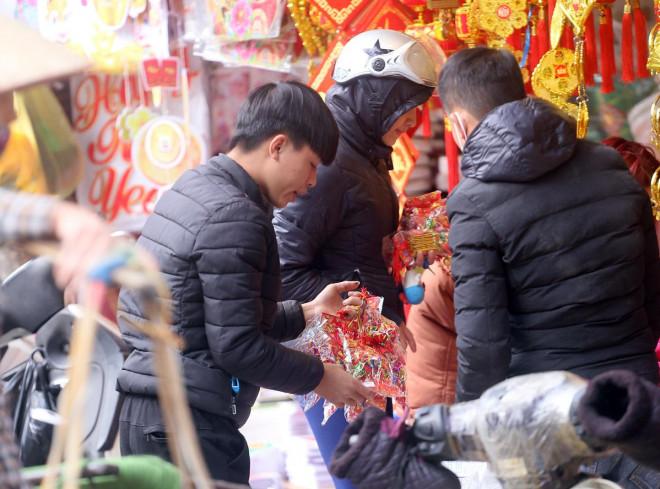 Vừa bước vào năm mới 2021, người dân đã nô nức mua sắm đồ trang trí Tết Nguyên đán - 8