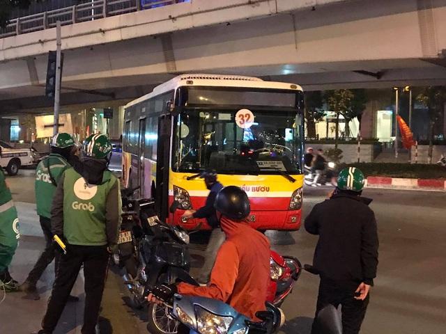 Hà Nội: Cụ bà bán hàng rong chết thảm dưới bánh xe buýt - 1