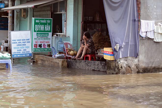 """Đường ở TP Thủ Đức ngập cả ngày, dân """"bơi"""" trong nước bẩn dù trời không mưa - hình ảnh 1"""