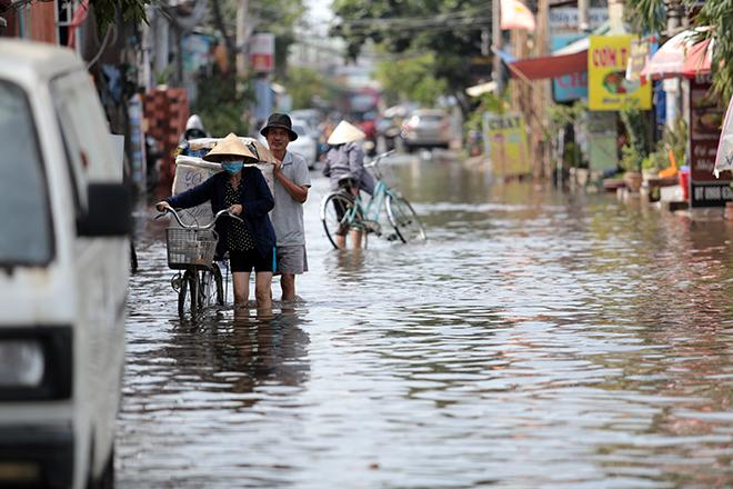 """Đường ở TP Thủ Đức ngập cả ngày, dân """"bơi"""" trong nước bẩn dù trời không mưa - hình ảnh 10"""