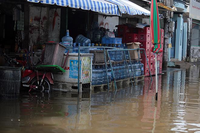 """Đường ở TP Thủ Đức ngập cả ngày, dân """"bơi"""" trong nước bẩn dù trời không mưa - hình ảnh 12"""