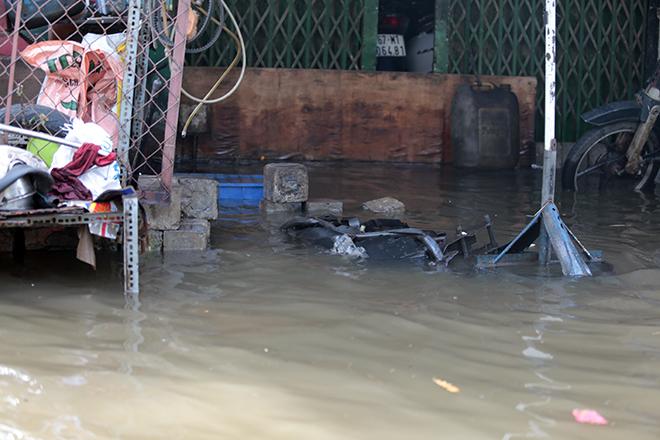 """Đường ở TP Thủ Đức ngập cả ngày, dân """"bơi"""" trong nước bẩn dù trời không mưa - hình ảnh 11"""