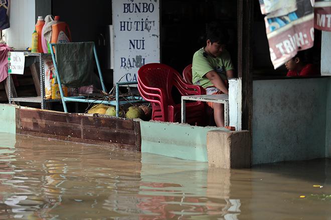 """Đường ở TP Thủ Đức ngập cả ngày, dân """"bơi"""" trong nước bẩn dù trời không mưa - hình ảnh 13"""