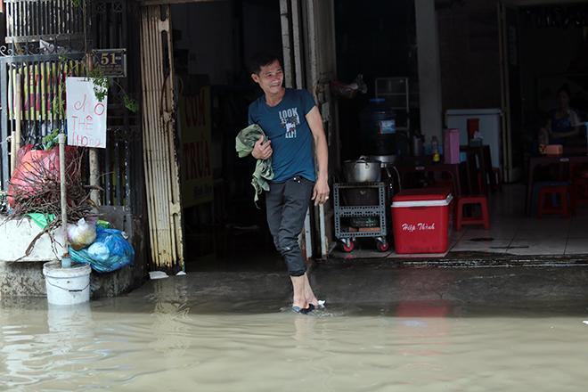 """Đường ở TP Thủ Đức ngập cả ngày, dân """"bơi"""" trong nước bẩn dù trời không mưa - hình ảnh 3"""