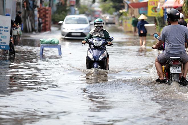 """Đường ở TP Thủ Đức ngập cả ngày, dân """"bơi"""" trong nước bẩn dù trời không mưa - hình ảnh 4"""
