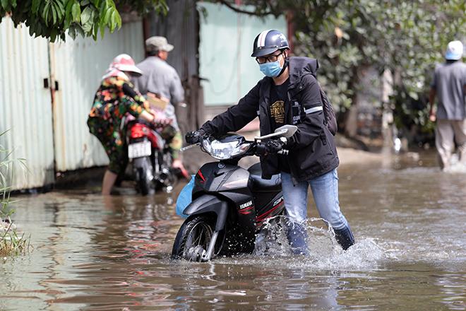 """Đường ở TP Thủ Đức ngập cả ngày, dân """"bơi"""" trong nước bẩn dù trời không mưa - hình ảnh 5"""