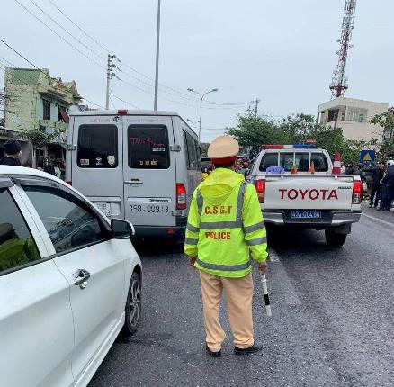 Ô tô hết hạn kiểm định chở khách lạng lách trên đường, tài xế cố thủ trên xe, chống đối CSGT - hình ảnh 2