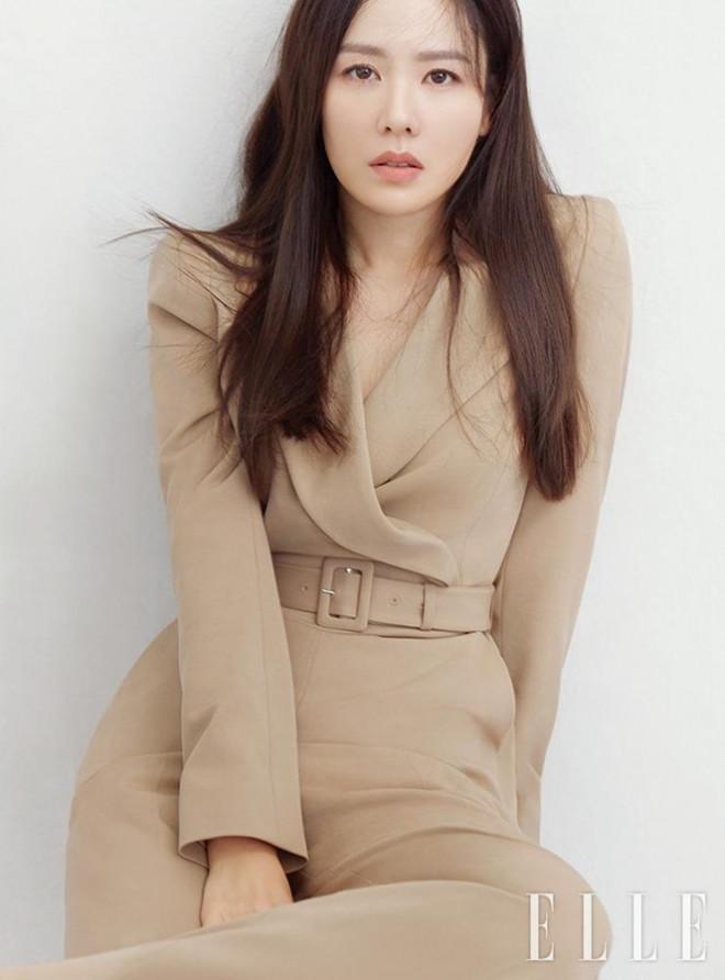 """Học ngay """"chị đẹp"""" Son Ye Jin cách dùng phụ kiện cho tóc xinh đẹp ấn tượng trong mùa Đông - 1"""