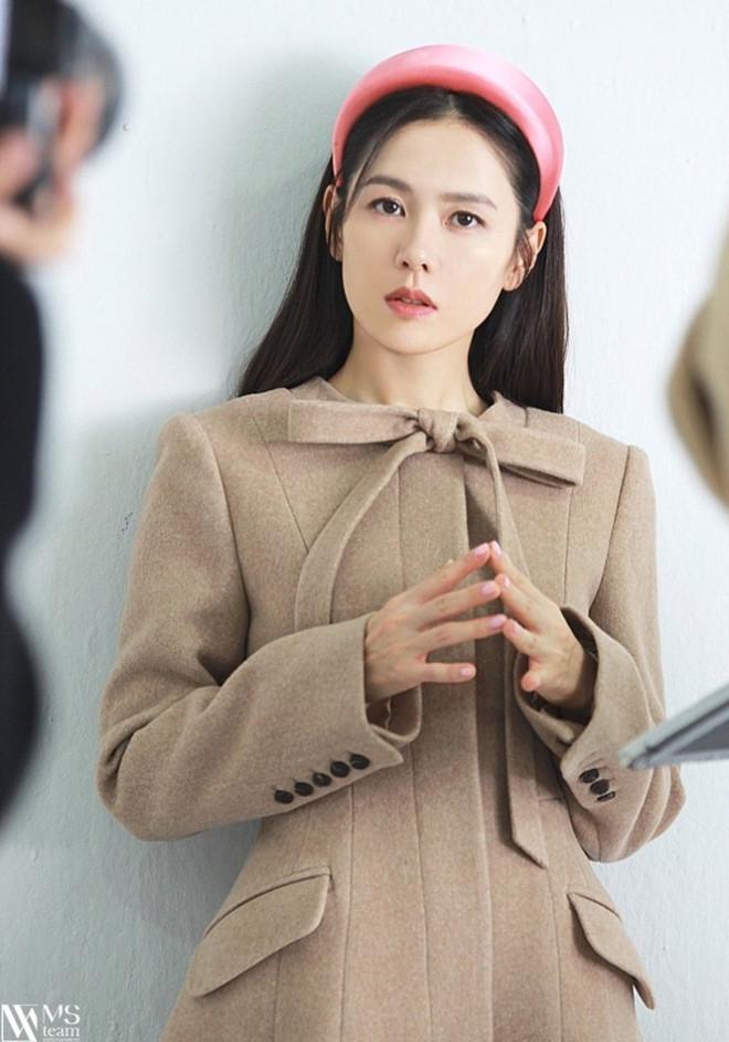 """Học ngay """"chị đẹp"""" Son Ye Jin cách dùng phụ kiện cho tóc xinh đẹp ấn tượng trong mùa Đông - 3"""